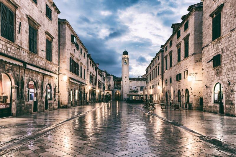 DUBROVNIK KROATIEN - SEPTEMBER 10, 2017: Stradun Placa, den huvudsakliga gatan av den gamla staden av Dubrovnik royaltyfria bilder