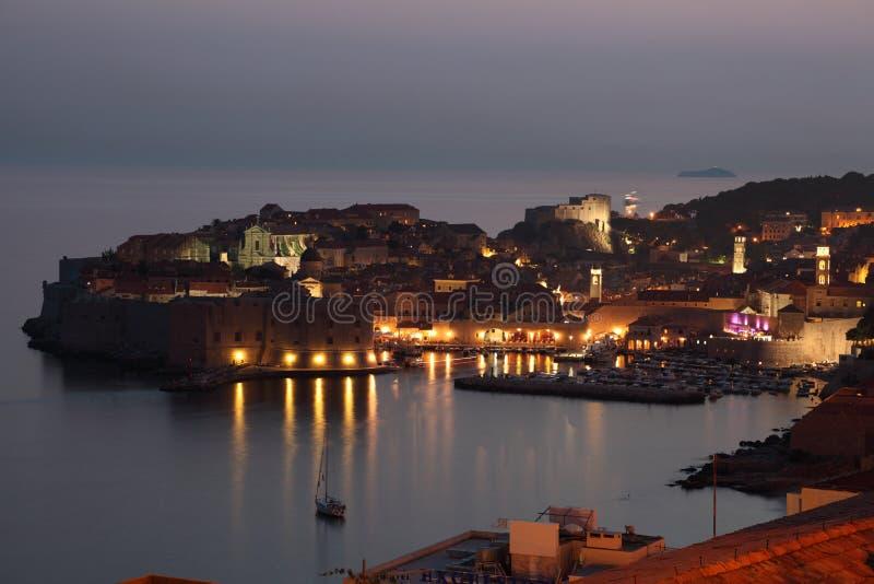 Dubrovnik nachts, Kroatien lizenzfreie stockfotos