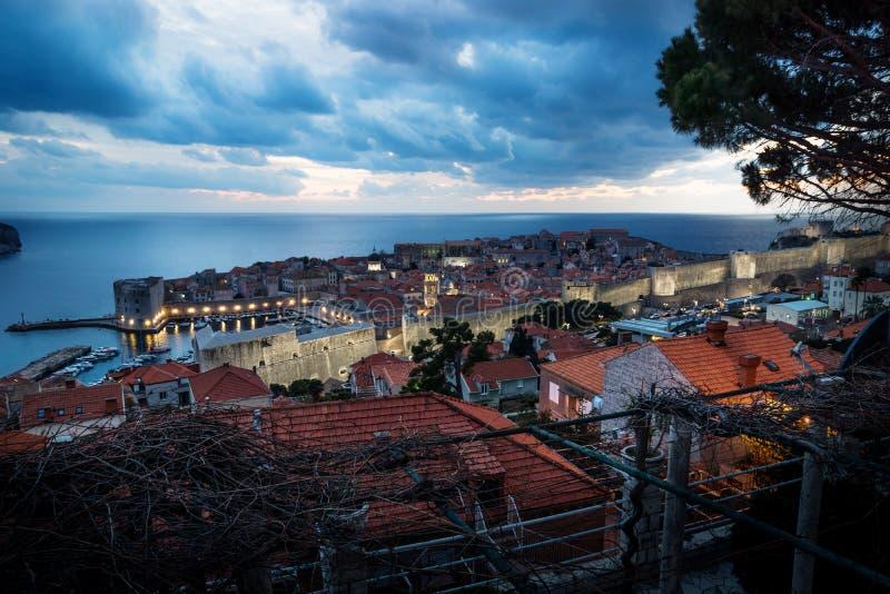 Dubrovnik nocy powietrzny widok po zmierzchu z dramatycznym cloudscape, Chorwacja obrazy royalty free