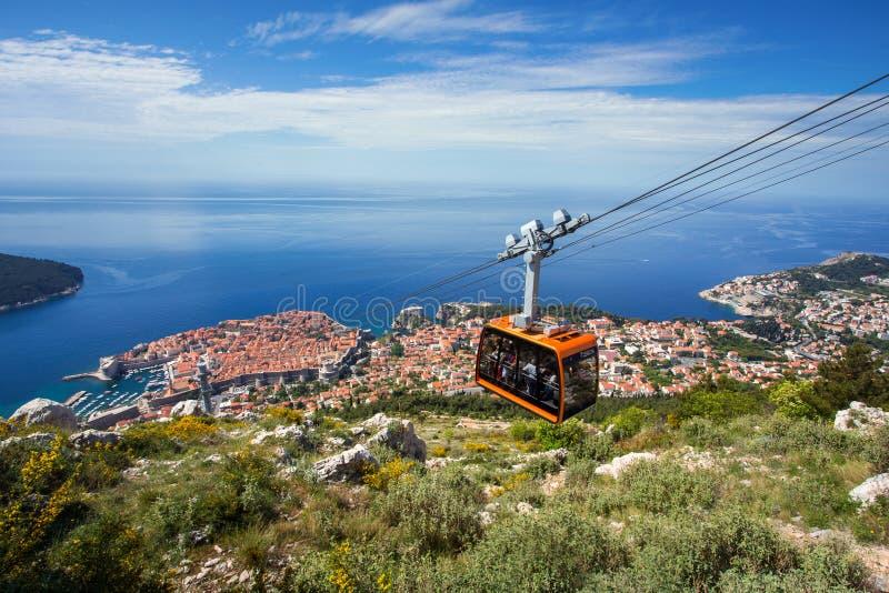 Dubrovnik-Panorama mit der Drahtseilbahn, die sich nach unten bewegt lizenzfreie stockfotografie