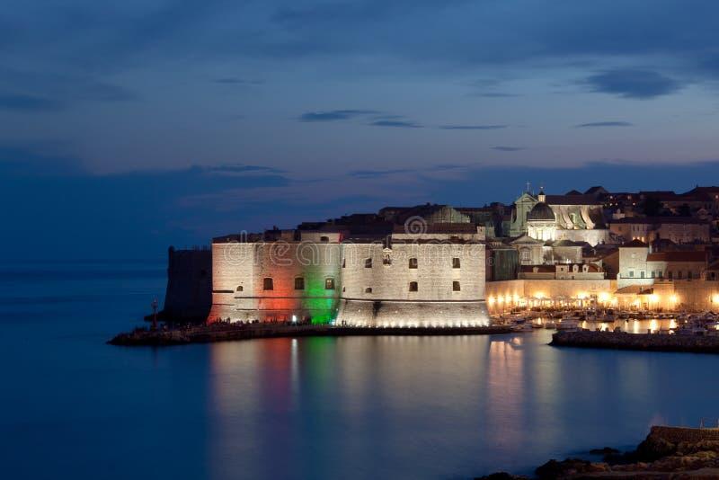 Dubrovnik por noche fotos de archivo