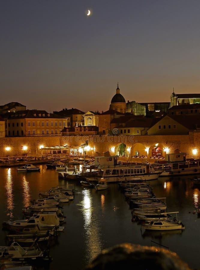 Dubrovnik por noche imagen de archivo libre de regalías