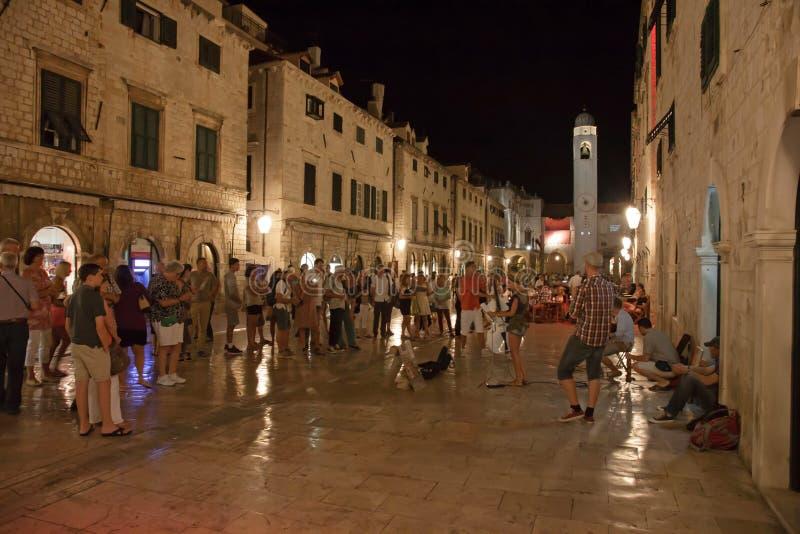 Dubrovnik por noche fotografía de archivo