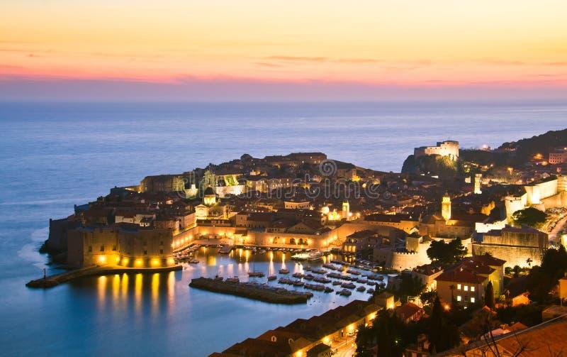 Dubrovnik por noche, Croatia fotos de archivo