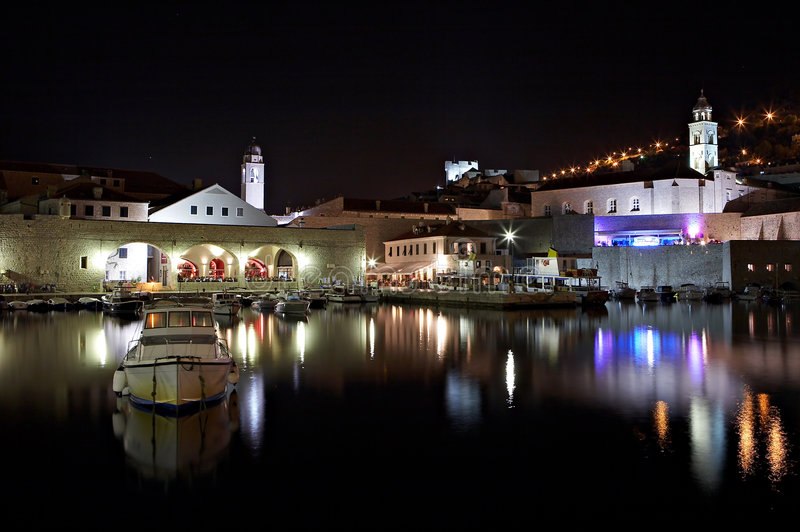 Dubrovnik por noche - Croatia foto de archivo