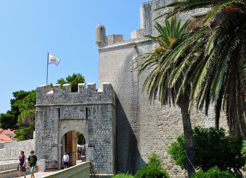 Dubrovnik port av PloÄ  e - den östliga sidan av landväggarna arkivbilder