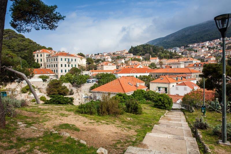 Dubrovnik-Stadt gesehen von der Treppe zum Fort Lovrijenac stockfotos