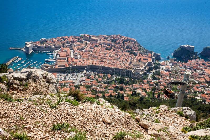 Dubrovnik-Stadt und Drahtseilbahn genommen von der Spitze des Bergs Srd stockbild