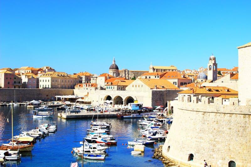 Dubrovnik, Stadtmauern und alter Hafen stockfotografie