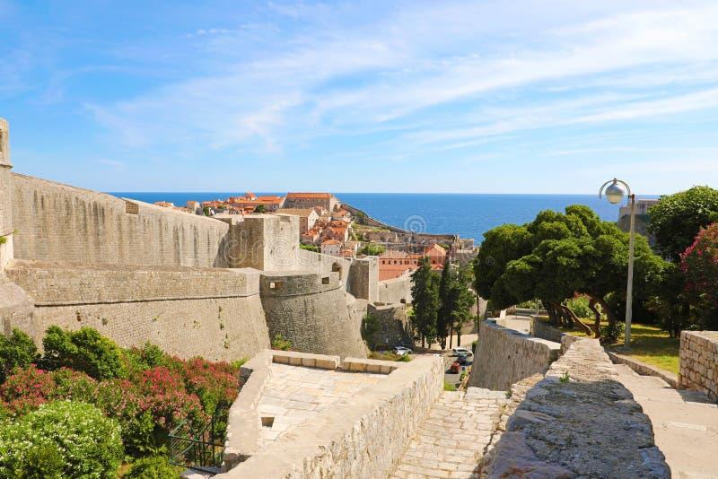 Dubrovnik stary średniowieczny forteca z starym miasteczkiem na tle Chorwacja, Europa obrazy stock