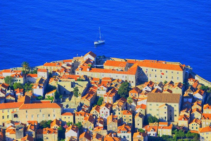 Dubrovnik, une partie de la vieille ville, bateau touristique en Mer Adriatique à l'arrière-plan photo libre de droits
