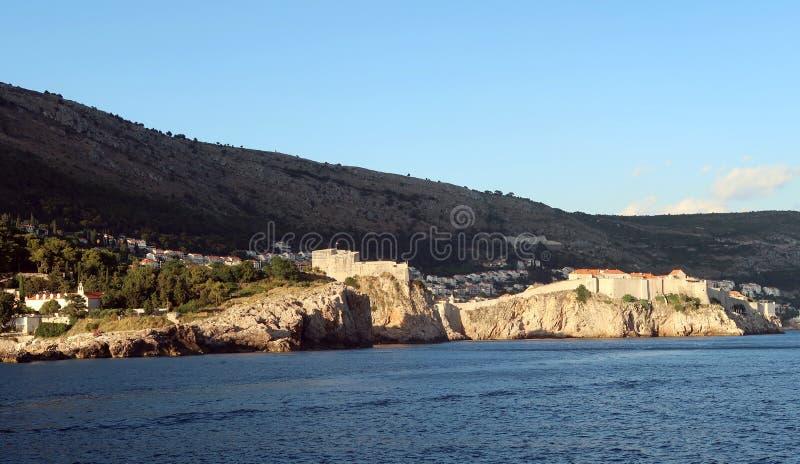 Dubrovnik väggar från havet arkivfoton