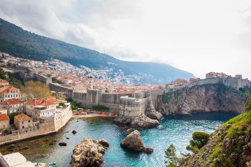 Dubrovnik-Westpier und mittelalterliche Verst?rkungen der Stadt lizenzfreie stockfotos