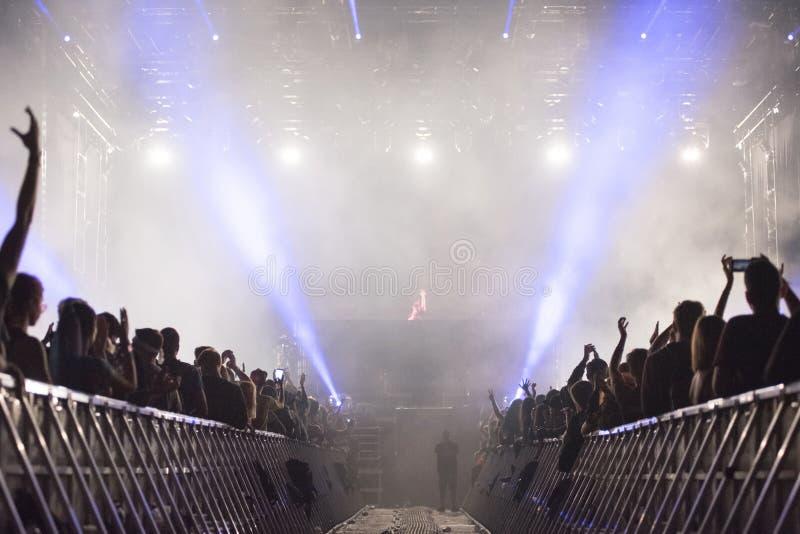 Dubstep DJ die levend overleg uitvoeren stock afbeelding