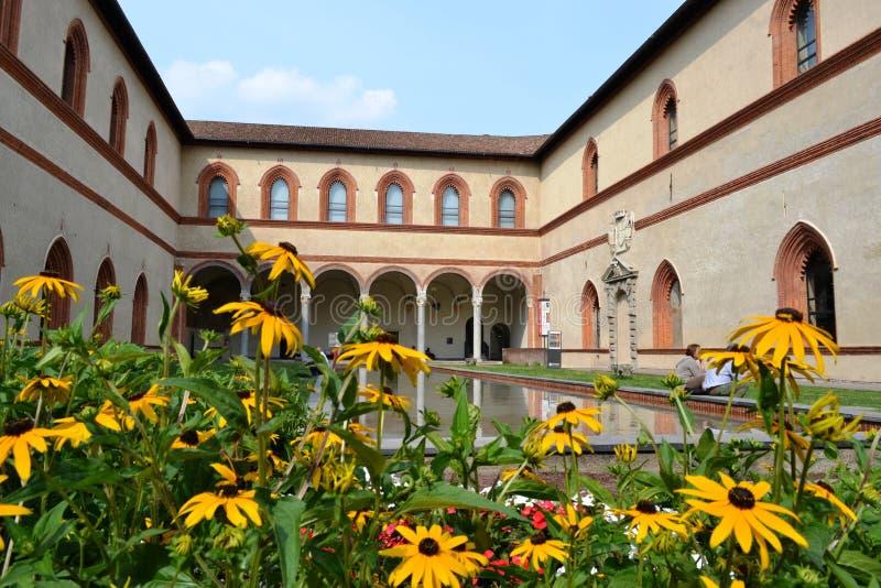 Ducal sąd Sforza kasztel w Mediolan i swój antycznych średniowiecznych arkadach, odbijający w basen wodzie fotografia royalty free