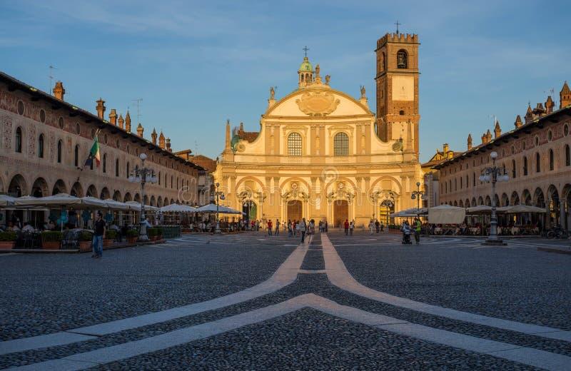 Ducale广场看法有Ambrogio教会的在日落的维杰瓦诺,帕尔瓦省,意大利 免版税库存图片