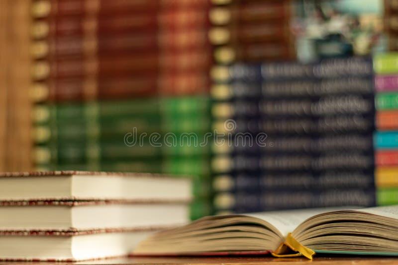 ?ducation apprenant le concept avec le livre ou le manuel d'ouverture dans la vieille biblioth?que photographie stock libre de droits
