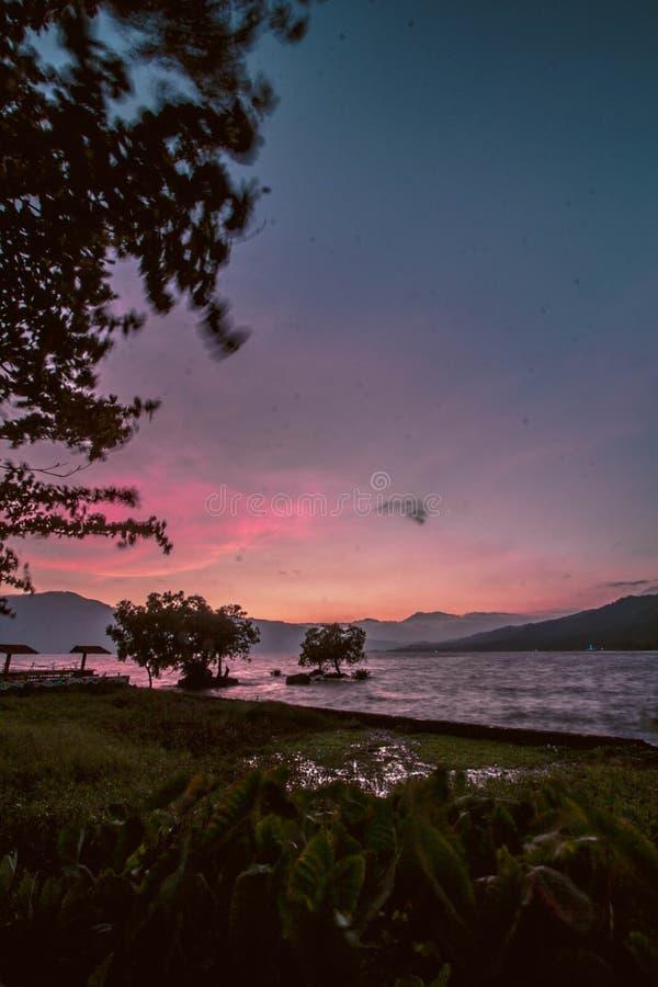 ?ducation des poissons au milieu du lac de singkarak image stock