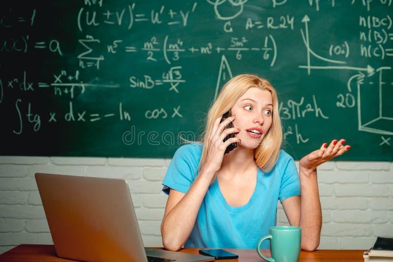 ?ducation et concept de personnes de campus Étudiant malheureux travaillant sur l'ordinateur portable Étudiant drôle de ballot se photo libre de droits