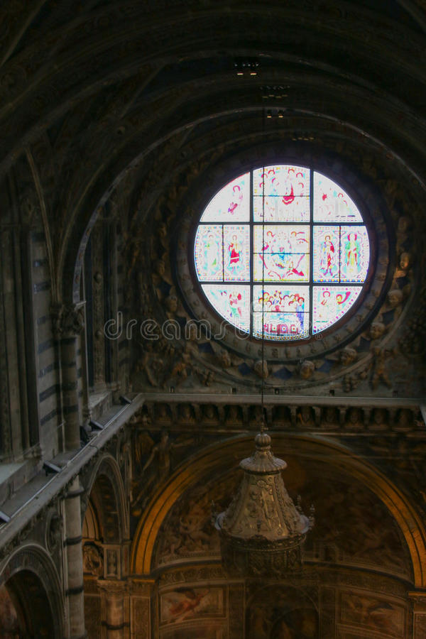 Duccio di buoninsegna Di Siena för duomo för målat glassfönster Inre av den storstads- domkyrkan av Santa Maria Assunta tuscany arkivbilder