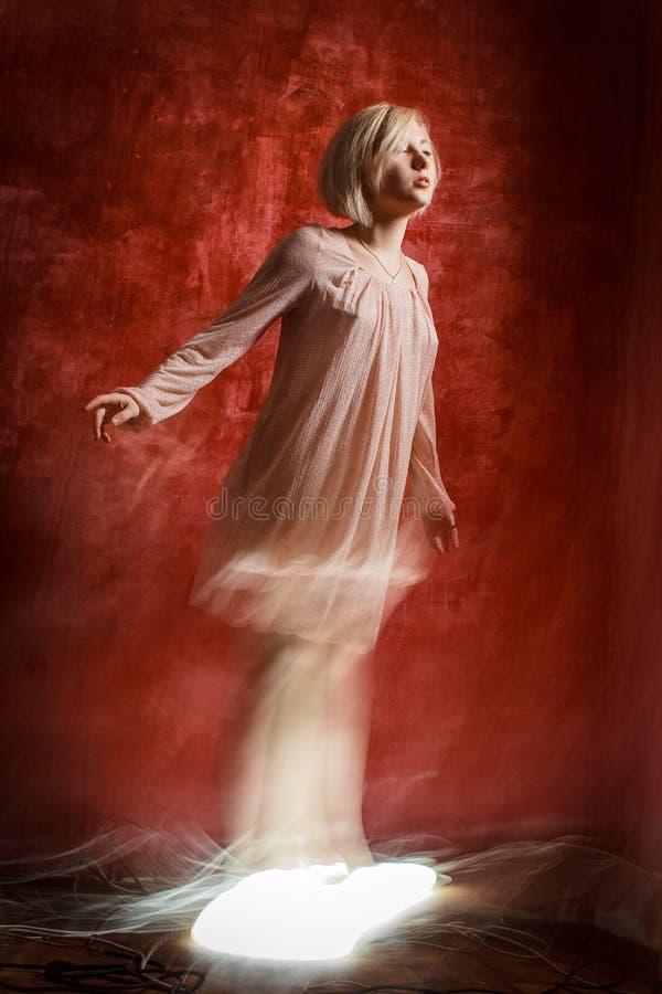 Duch cyfrowa dziewczyna na czerwonej grunge ścianie zdjęcie royalty free