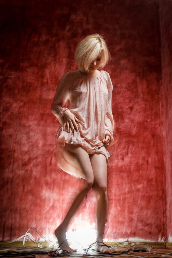 Duch cyfrowa dziewczyna na czerwonej grunge ścianie obrazy stock