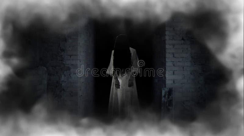 Duch dziewczyna w drzwi Okropny duch fotografia royalty free