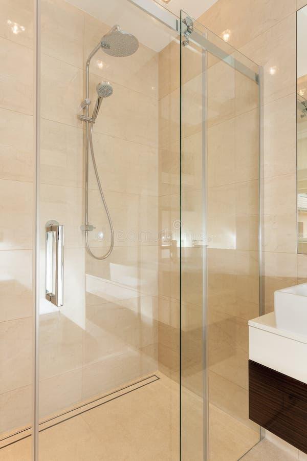 Ducha contemporánea de cristal en cuarto de baño fotografía de archivo