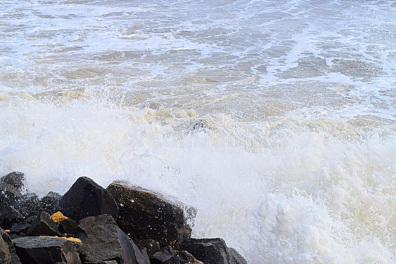 Ducha de agua cae con salpicaduras de olas marinas después de golpear rocas en la costa - Fondo oceánico de agua natural fotografía de archivo libre de regalías