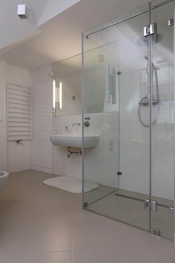 Ducha en cuarto de baño moderno fotografía de archivo libre de regalías