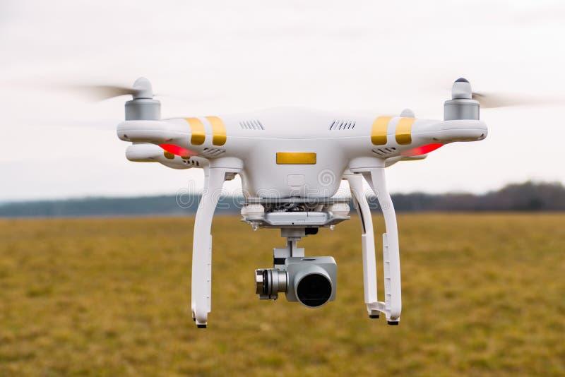 Duchonka, Σλοβακία 03 11 2018 Άσπρο πετώντας τετράγωνο κηφήνων copter με τη ψηφιακή κάμερα υψηλής ανάλυσης με τον αναρτήρα με το  στοκ φωτογραφίες με δικαίωμα ελεύθερης χρήσης