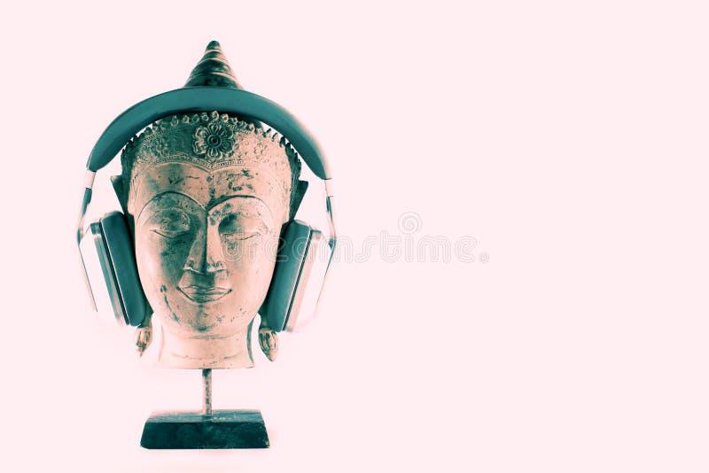 Duchowa muzyczna terapia Buddha głowa w medytaci z nowożytnym h fotografia stock