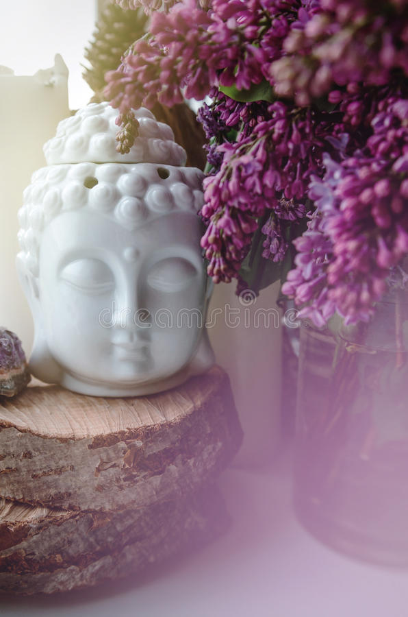 Duchowa zen medytaci twarz Buddha z pięknym fiołek gałąź bzem kwitnie Domowy wystrój życia pojęcie, wciąż obraz royalty free