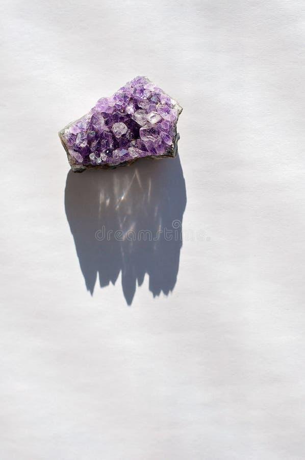 Duchowy leczniczy ametystowy kryształ lub gemstone używamy pocieszać intuicję przynosić dobre energetyczne i pozytywne wibracje w fotografia royalty free