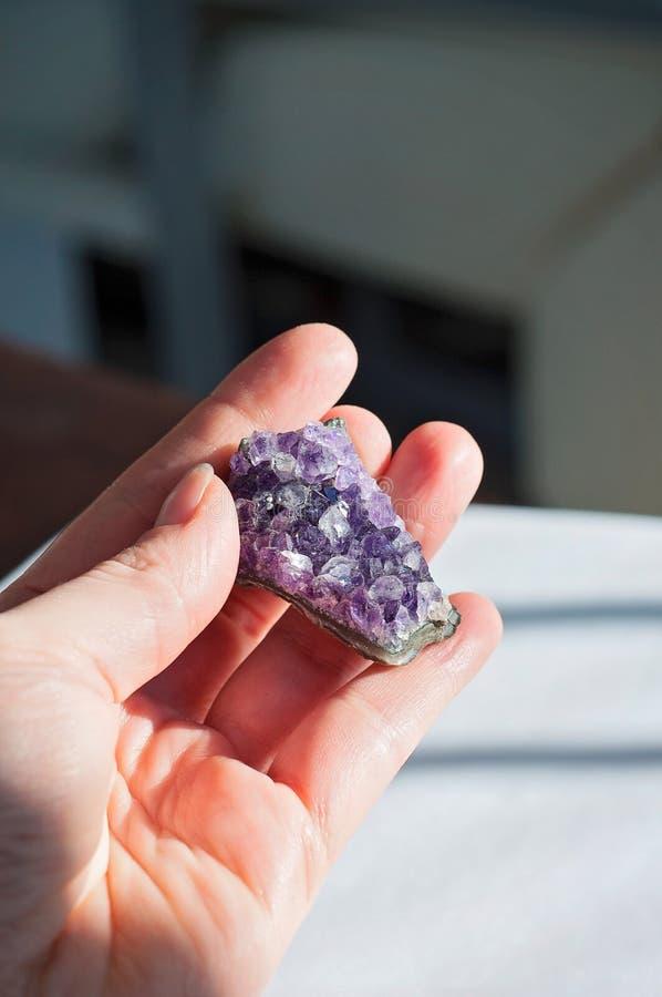 Duchowy leczniczy ametystowy kryształ lub gemstone używamy pocieszać intuicję przynosić dobre energetyczne i pozytywne wibracje w zdjęcia royalty free
