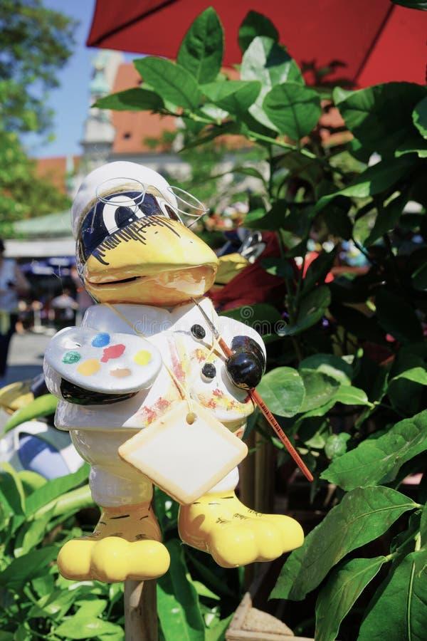 Duck Artist aux grand pieds coloré avec l'ornement de pelouse de palette de peintres photos libres de droits