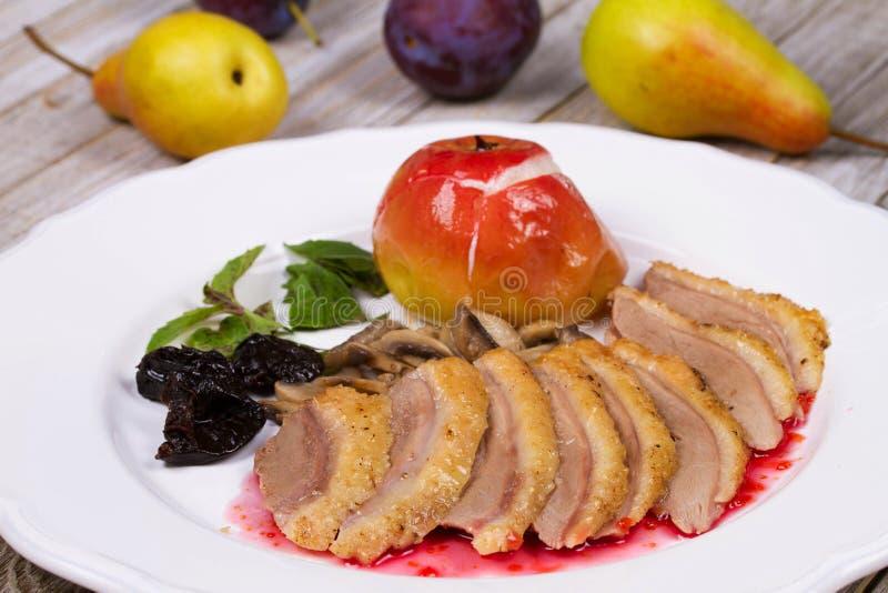 Duck Breasts Roasted com o cogumelo, o Apple e as ameixas enchendo no vinho tinto Sause fotos de stock