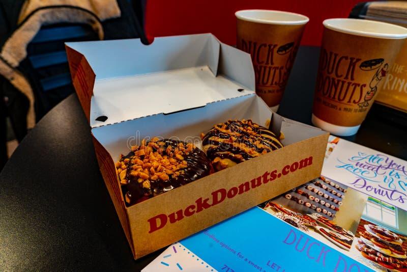 Duck Donuts et tasses images libres de droits