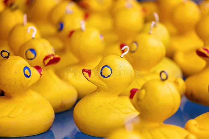 Duck Game On Sideshow Alley di plastica giallo immagine stock libera da diritti