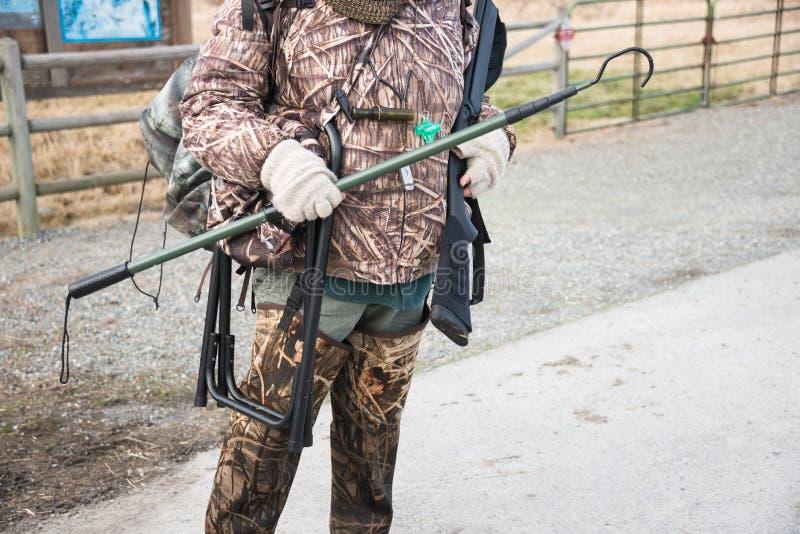 Duck Hunter dans le camouflage avec le fusil de chasse et la vitesse de chasse photos libres de droits