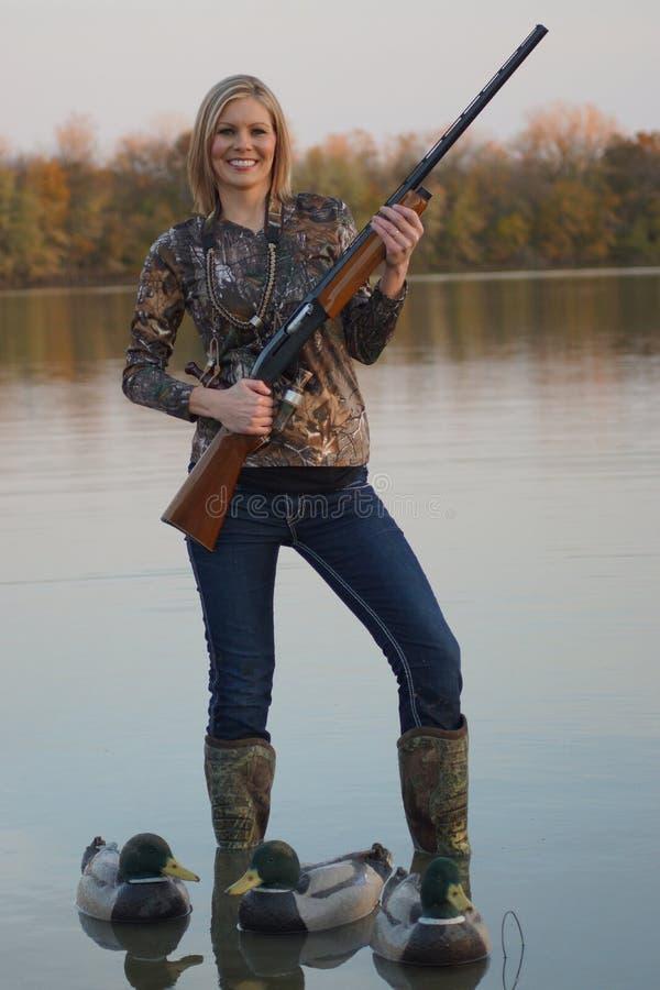 Duck Hunter femenino con la escopeta y las trampas foto de archivo