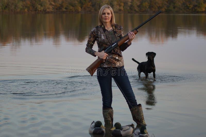 Duck Hunter femenino con su labrador retriever imágenes de archivo libres de regalías