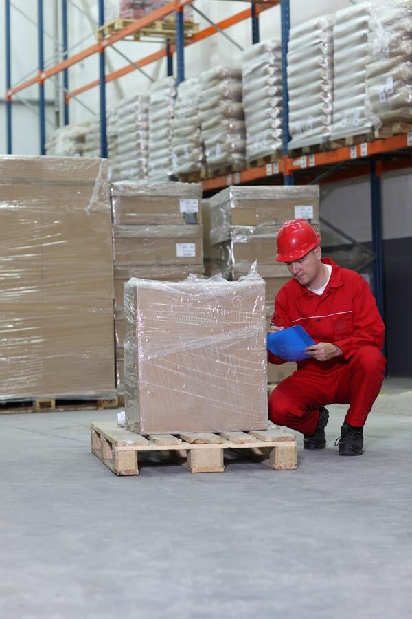 Duckende Arbeitskraft, die Spezifikation überprüft lizenzfreies stockbild