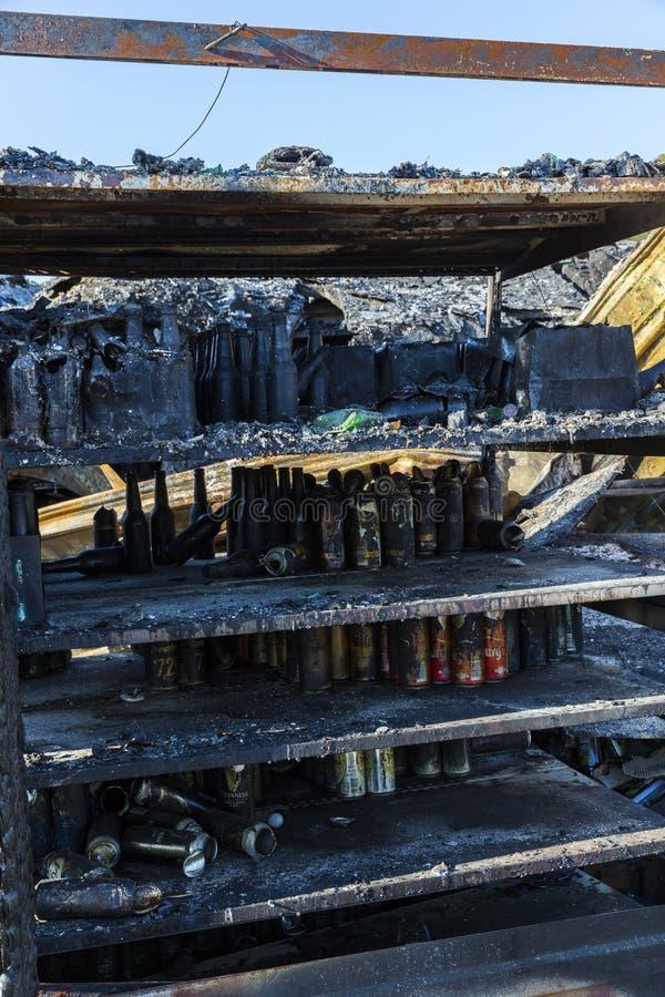 DUCLAIR, FRANCE - OCTOBRE vers, 2018 : Supermarché endommagé du MARCHÉ de CARREFOUR après le feu d'incendie criminel avec des déb photographie stock