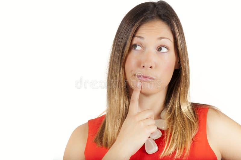 Duda que piensa la expresión femenina de la decisión Mujer con el dedo en los labios fotos de archivo