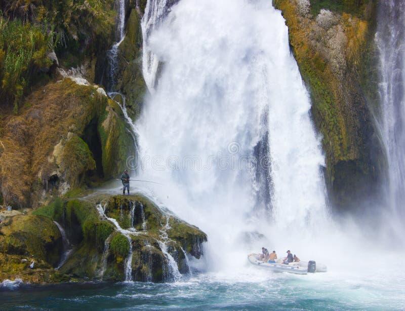Duden瀑布在安塔利亚土耳其 钓鱼地中海净海运金枪鱼的偏差 旅行 库存图片