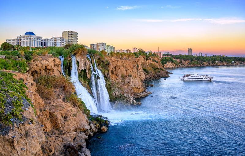 Duden kustvattenfall, Antalya, Turkiet, på solnedgång royaltyfri bild