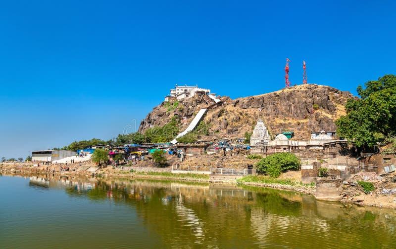 Dudhiyu Talav湖和Kalika末多寺庙在Pavagadh小山-古杰雷特,印度山顶  免版税库存图片