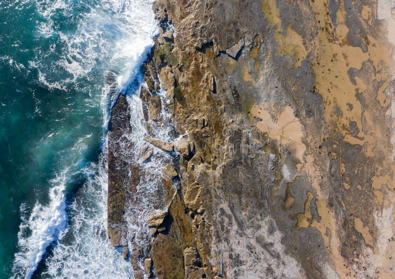 Dudley Beach-Felsenplattform-Zusammenfassungsvogelperspektive stockfoto