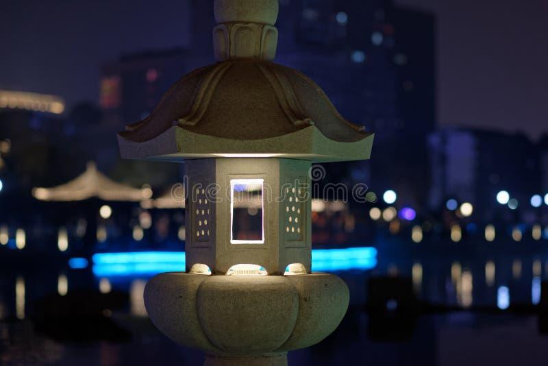 Dudniąca klasyczna lampa kamienna cyzelowanie pawilonu parka noc zdjęcie stock